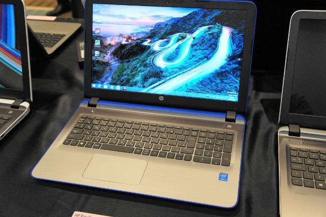 HP Pavilion 15-ab000 (コバルトブルー)正面から撮影