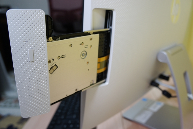 光学ドライブのトレイパネルも滑らかなカーブ(取り出した写真)