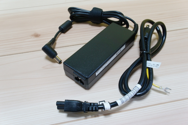 電源アダプターと電源ケーブル