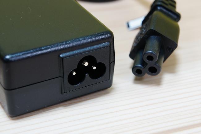 電源アダプターの差込口の形状