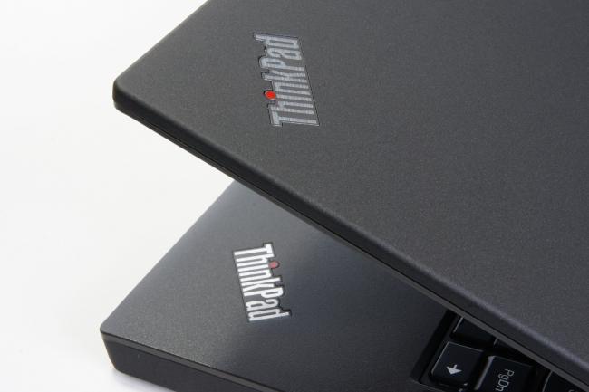 天板を閉じるとき重なり合う「ThinkPad」の文字
