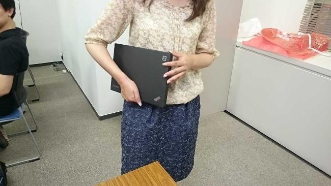 女性もラクに持てる ThinkPad X250(たたんで持っているところ)