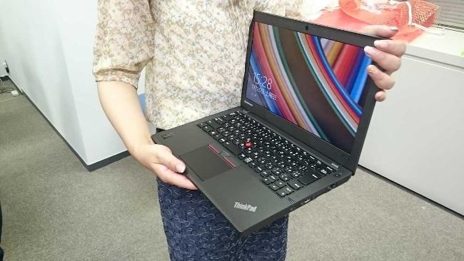 女性もラクに持てる ThinkPad X250(画面を見せて持っているところ)