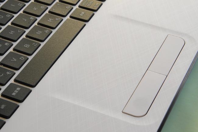 キーボード面には「クロスブラッシュパターン」を採用