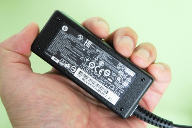 電源アダプターは手のひらに収まるサイズ