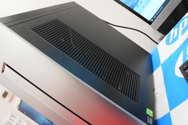 HP ENVY 750-180jp/CT 本体右側に通気口