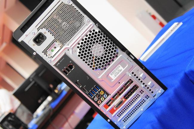 『XPS 8900』背面