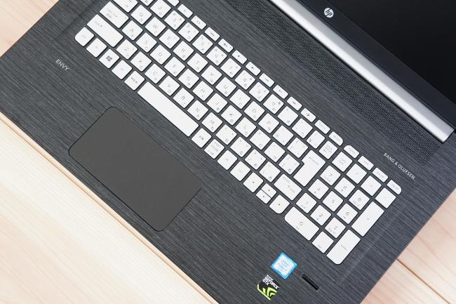 HP ENVY 17-n100 のキーボード面は木目調