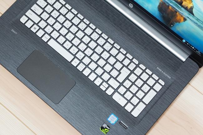 HP ENVY 17-r000 のキーボード面は木目調