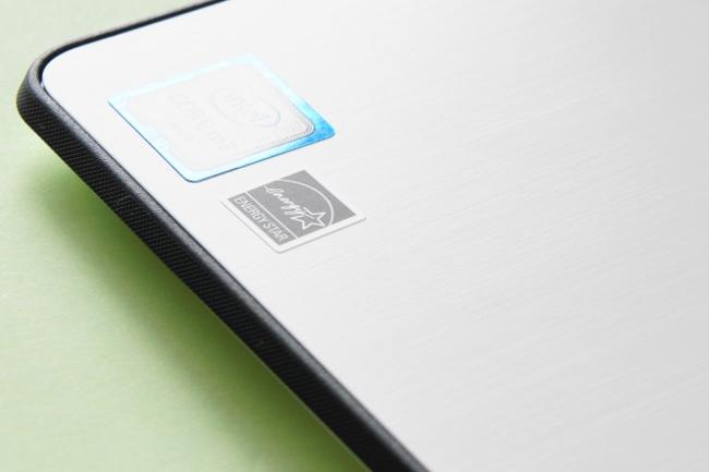 Lenovo YOGA 700 のパームレストにはヘアライン加工