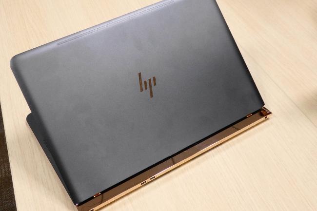 HP Spectre 13-v000 背面側