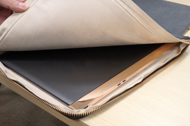 クラッチバッグに HP Spectre 13-v000 を収納