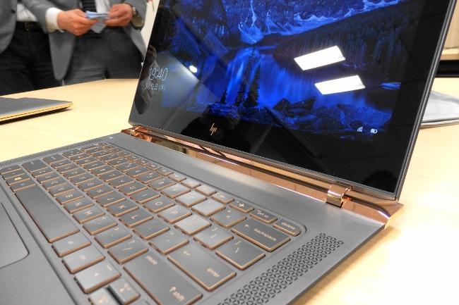 HP Spectre 13-v000 ディスプレイにはゴリラガラス4を採用
