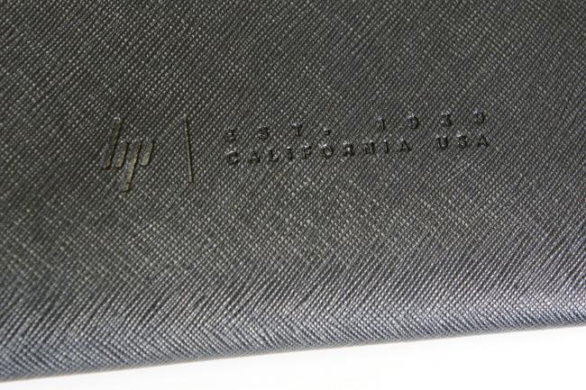 レザークラッチバッグに刻印されたロゴ