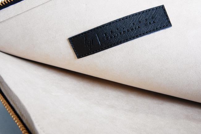 レザークラッチバッグの内側はマイクロスエード素材