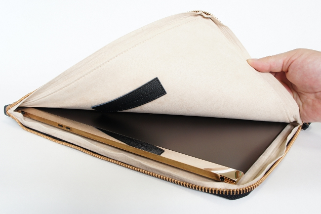 レザークラッチバッグは本体をやさしく包んでくれる