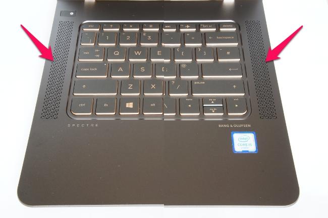 スピーカーはキーボードの左右に内蔵