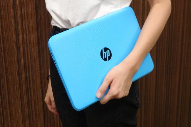 HP Stream 11-y000 持っているところ(その2)