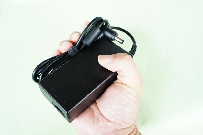 電源アダプターは手のひらサイズ