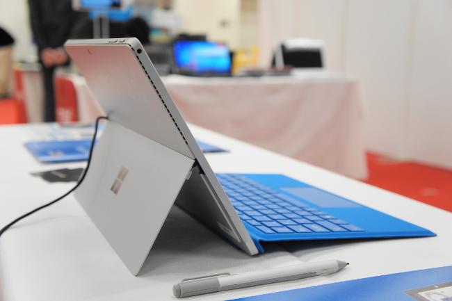 Surface Pro 4(左側面)