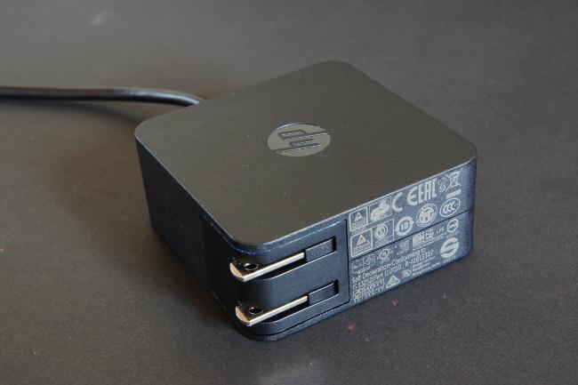 電源アダプターの挿し込みプラグは収納可能