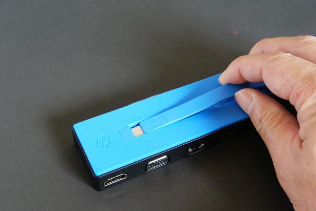 HP USB-C トラベル ドック 接続コネクターを引き出す