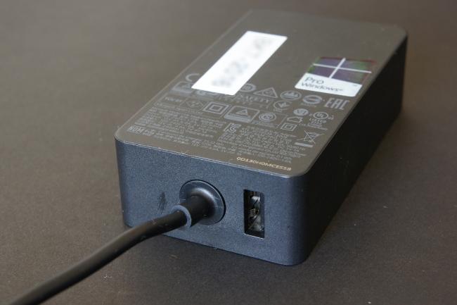電源アダプターには USBポートも実装