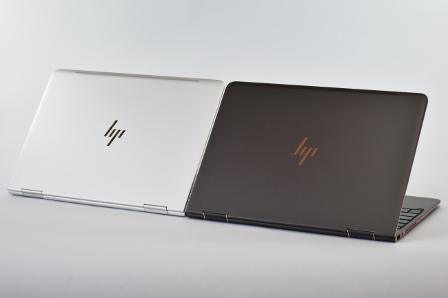 HP Spectre x360 背面側(2台 その1)