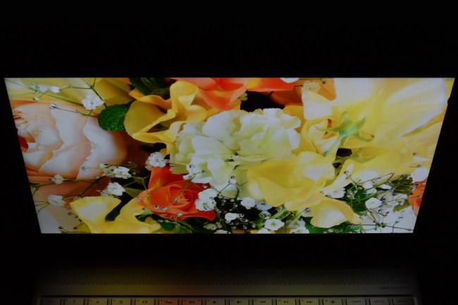 上側 ディスプレイ面から45度の角度(4K)