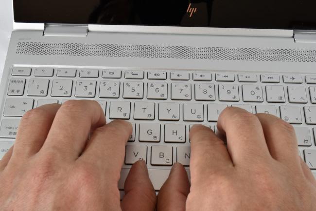キーボードに両手を置いたときのイメージ(ナチュラルシルバー)