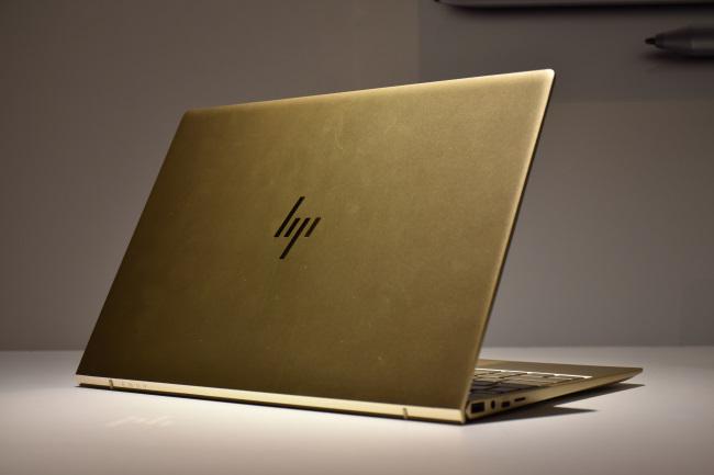 HP ENVY 13 背面側(シルクゴールド)