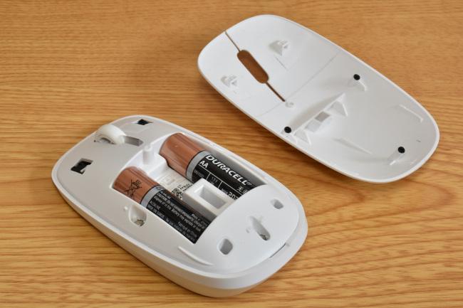 マウスの電源は単4乾電池 2本