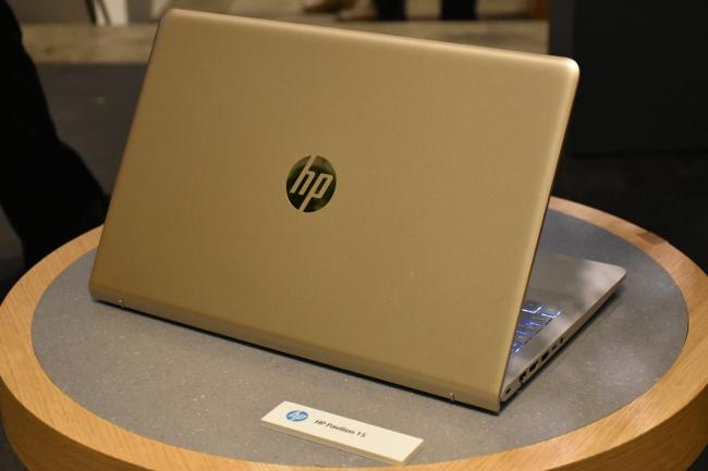 HP Pavilion 15-cc000 背面側(モダンゴールド)