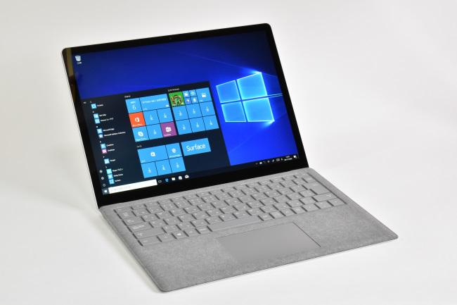 Surface Laptop 正面(向かって斜め左)