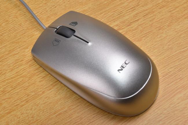 マウスは丸みのある形状