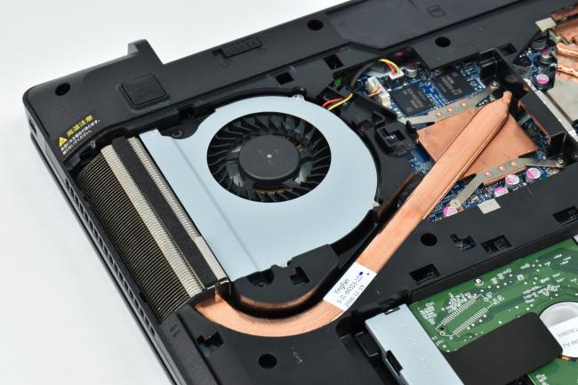 本体内部(GeForce GTX 1050 側のヒートパイプとファン)