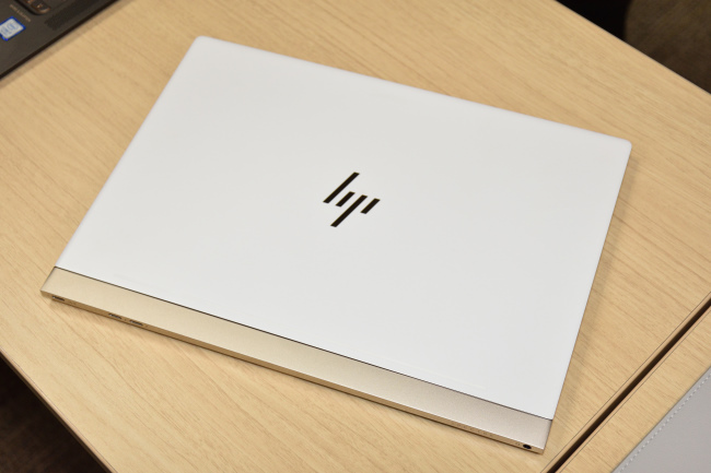 HP Spectre 13 天面側