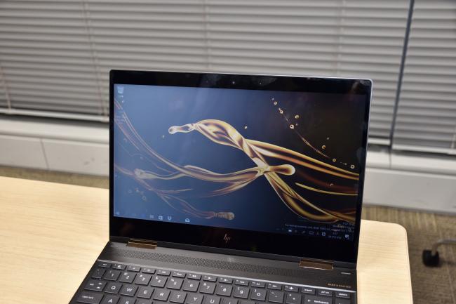 HP Spectre x360 プライバシースクリーン有効時(斜め)