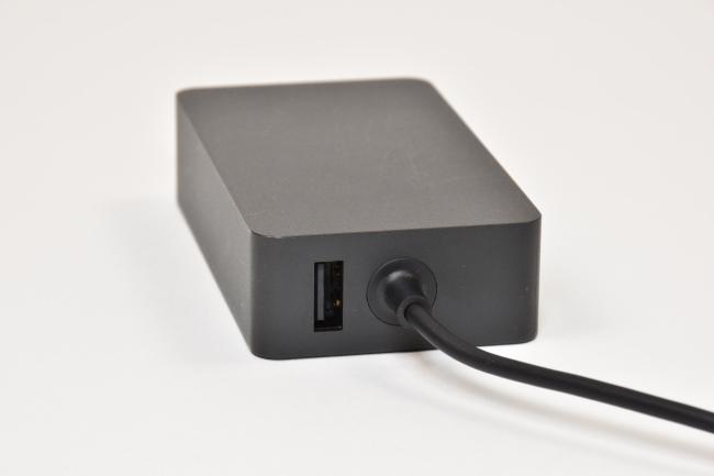 電源アダプターにはUSBポートも実装(その1)