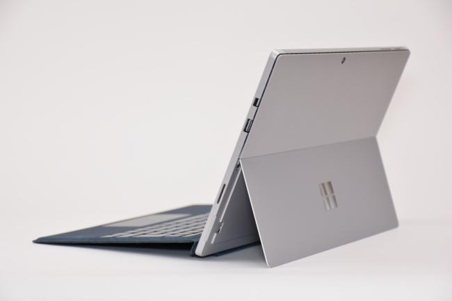 Surface Pro 背面側(向かって斜め右)