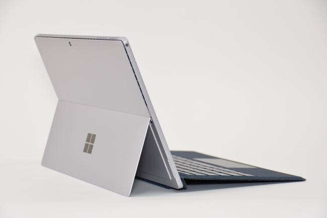 Surface Pro 背面側(向かって斜め左)