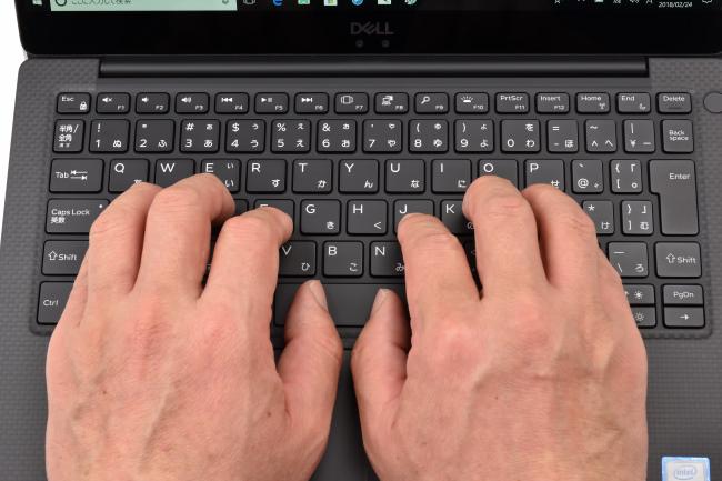 キーボードに両手を置いたときのイメージ(プラチナシルバー)