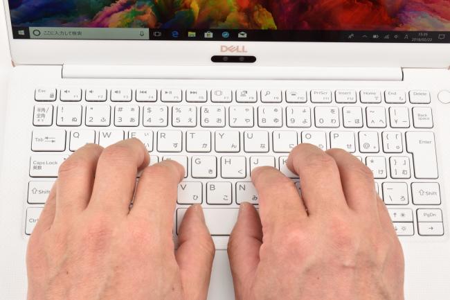 キーボードに両手を置いたときのイメージ(ローズゴールド)