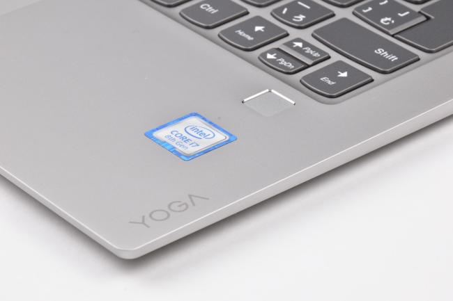 IntelとYOGA ロゴ