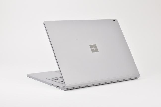Surface Book 2 背面側(向かって斜め左)