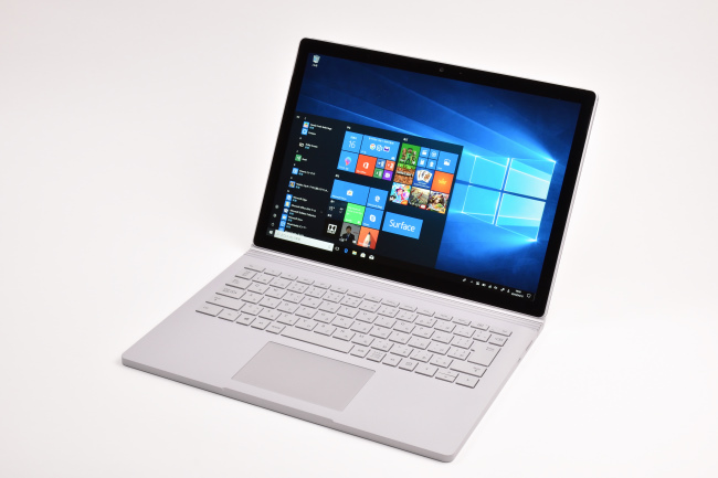 Surface Book 2 正面(向かって斜め右)