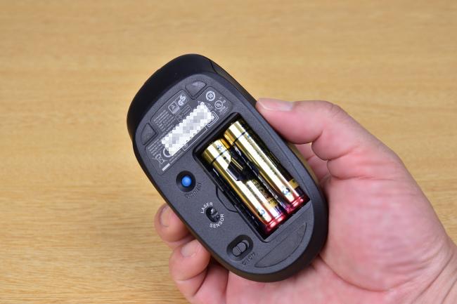マウスの電源は単3乾電池 2本