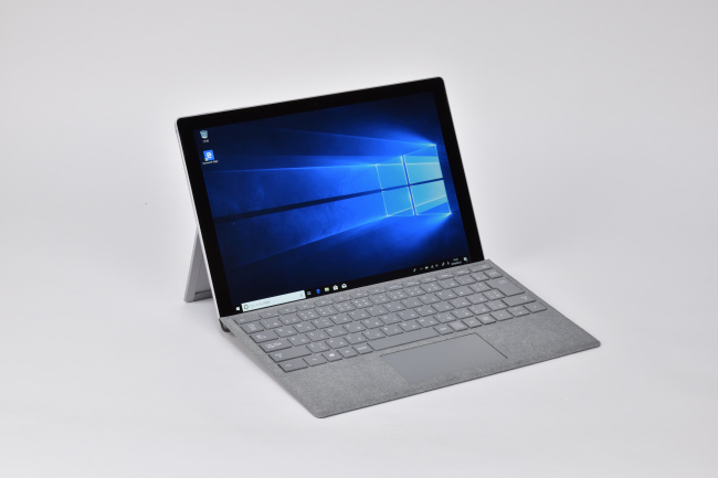 Surface Pro LTE Advanced 正面(向かって斜め左)