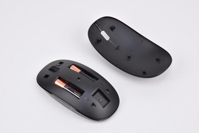 マウスは単4乾電池 2本