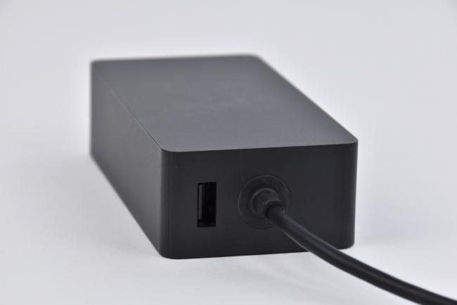 電源アダプターにUSBポートあり